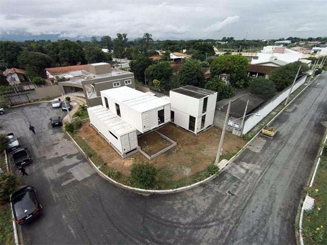 Vista aérea da Casa Container após a montagem dos blocos