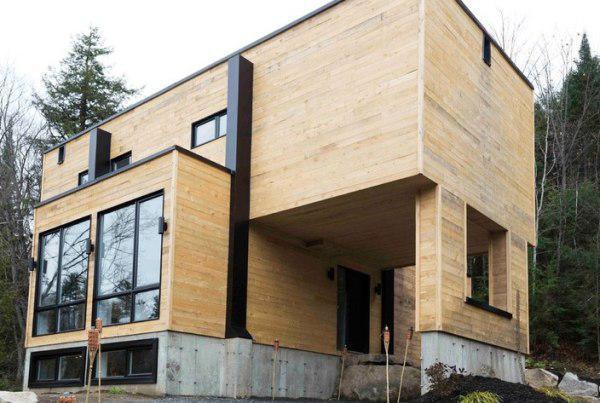 Revestimento externo de madeira de demolição.